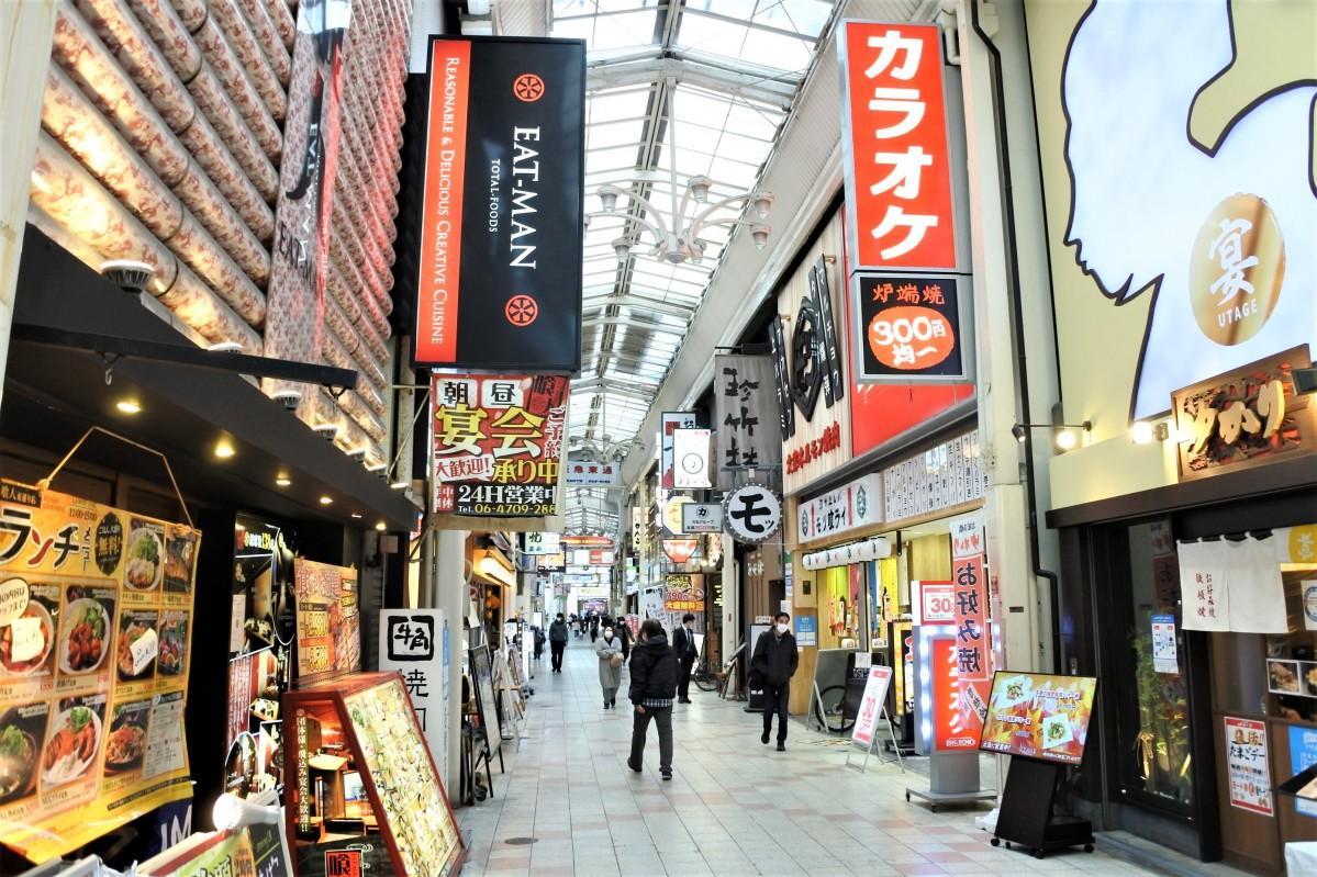 飲食店やカラオケ店が立ち並ぶ阪急東通り商店街(11月25日14時頃撮影)
