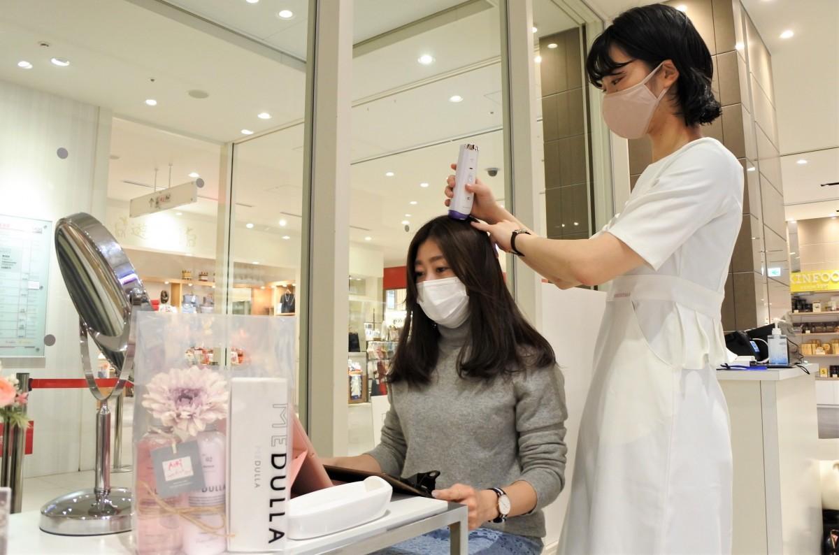 マイクロスコープを使い無料髪質診断を行う