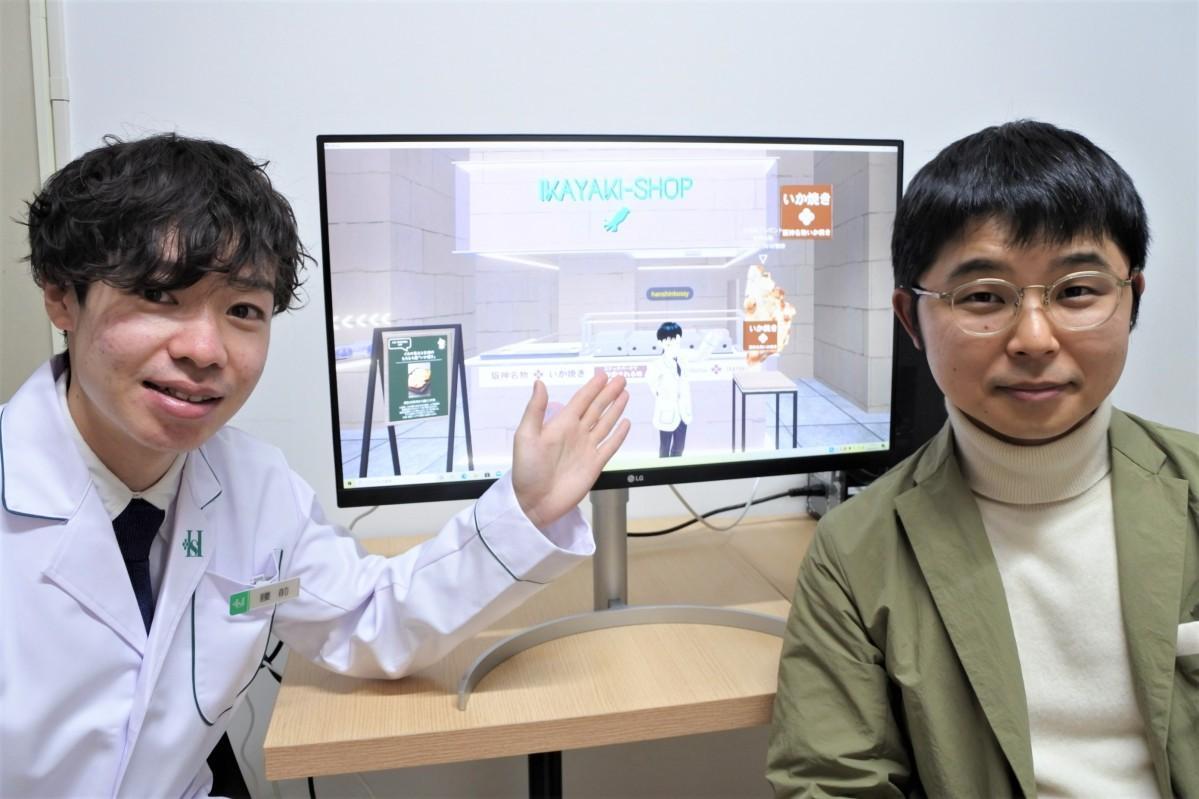 アバターで接客する腰前さん(左)とブースを設計した吉川さん(右)
