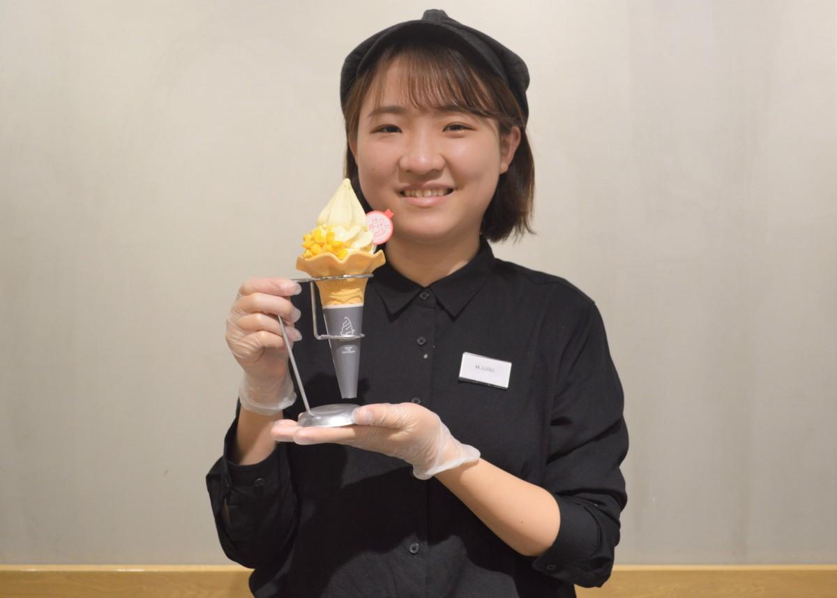 「北海道とうきびソフト」を紹介するスタッフ