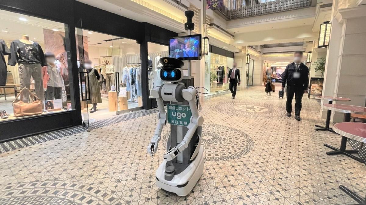 「ハービスPLAZA ENT」内を警備するロボット