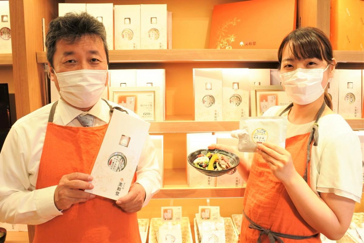 「おかずドレッシング」を開発した鴻原森蔵社長(左)