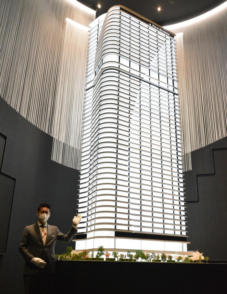 高さ5.5メートルの建物模型。白を基調とした外観は「海面を疾走する帆船」をイメージ