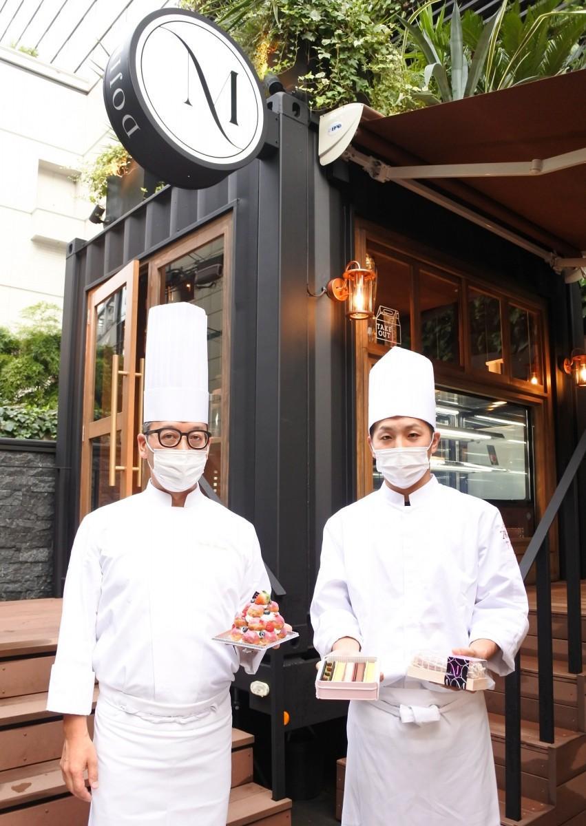 総料理長の松崎亮輔さん(左)、シェフパティシエの田中勝也さん(右)