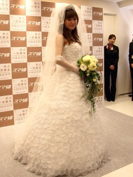 白いウェディングドレスを着て厳かな雰囲気の椿姫彩菜