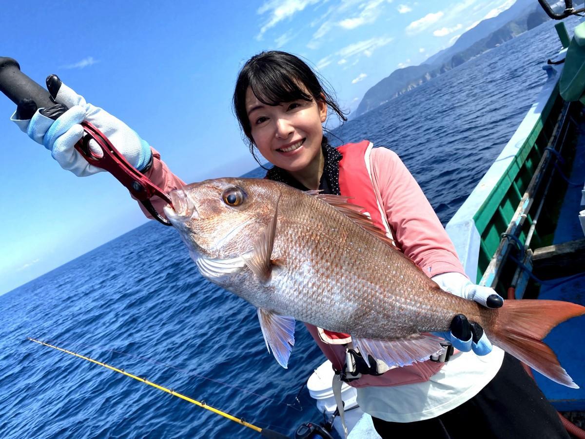 タイを釣り上げる中川さん