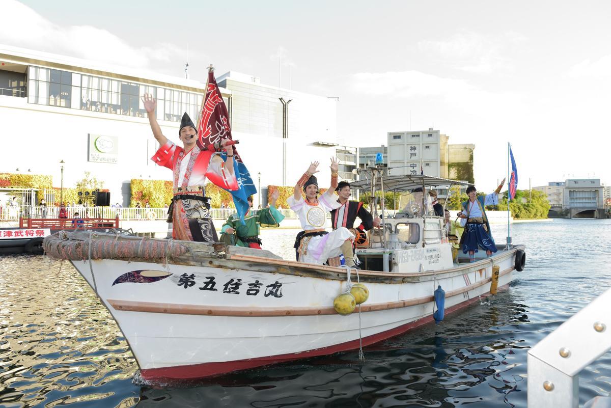 新川運河で開催された「2020兵庫運河祭・兵庫津武将祭~平清盛902歳祭~」で船に乗る「神戸・清盛隊」