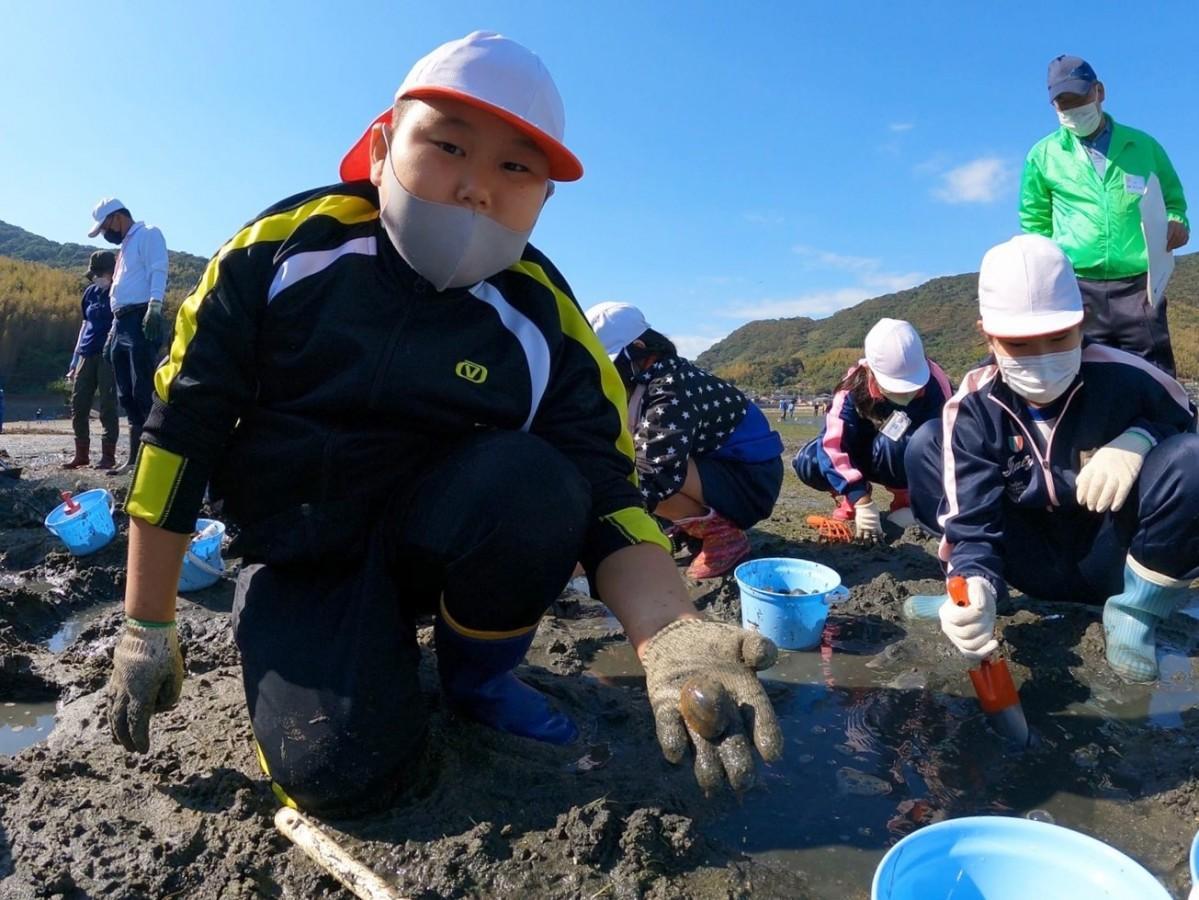 掘ったアサリを見せてくれた児童