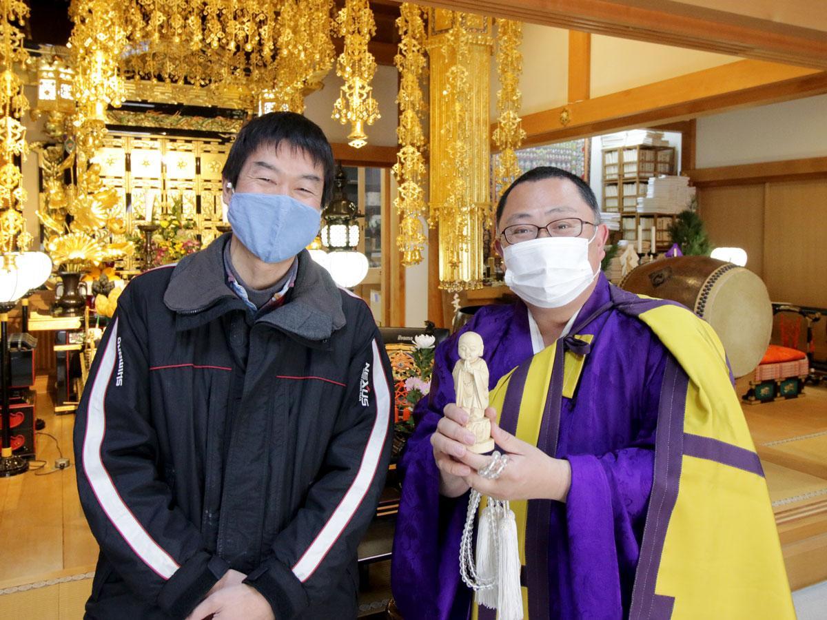 (左から)水島地域環境再生財団の塩飽敏史さんと千手寺の住職・松本宣秀さん