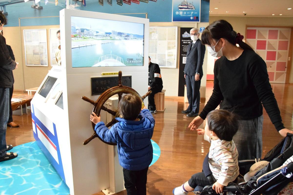 琵琶湖博物館内にオープンした学習船「うみのこ」の展示では、旧船「うみのこ」の舵輪を回すことができる