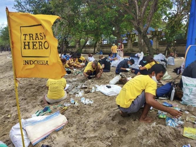 Trash hero Indonesia清掃活動の様子