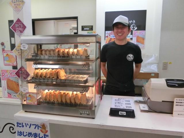 リニューアルした、薄皮たい焼き店「たいまる」店長の大竹さん。
