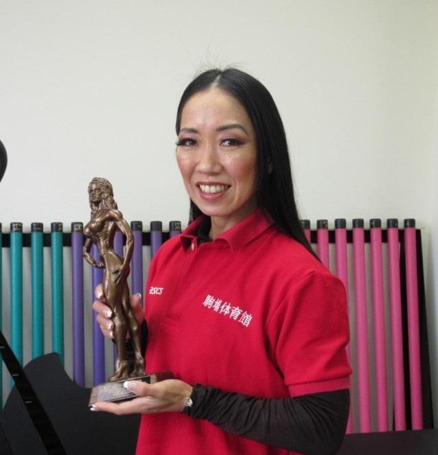 世界大会出場でトロフィーを手に喜ぶ秋山千香子さん