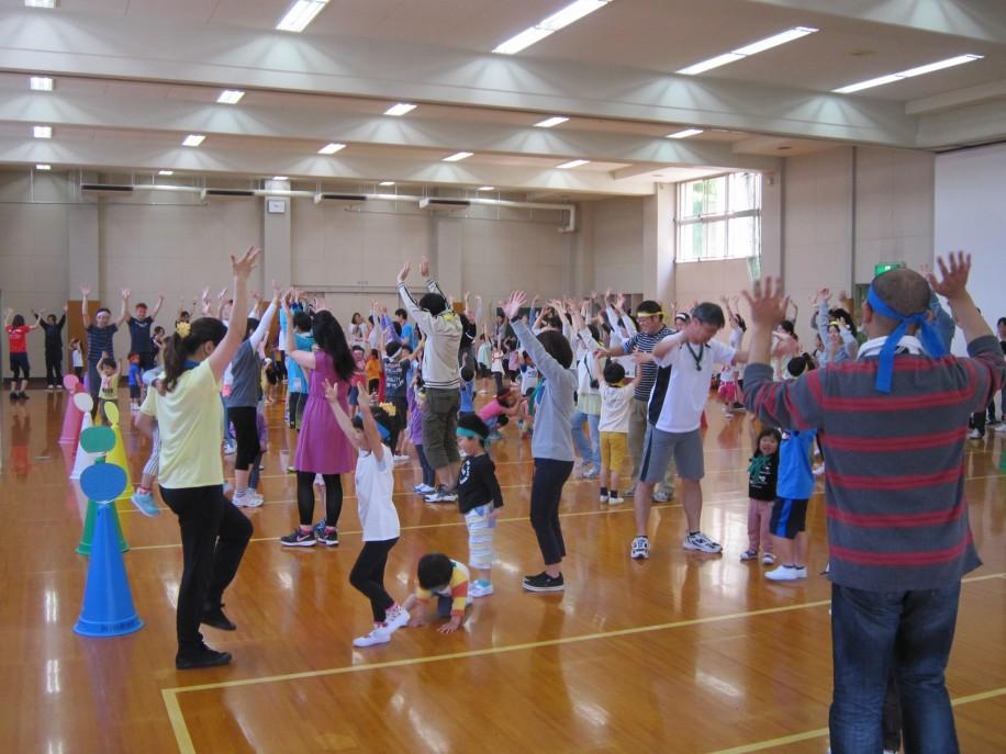 「チビリンピック」のコーナーで親子体操する去年の様子