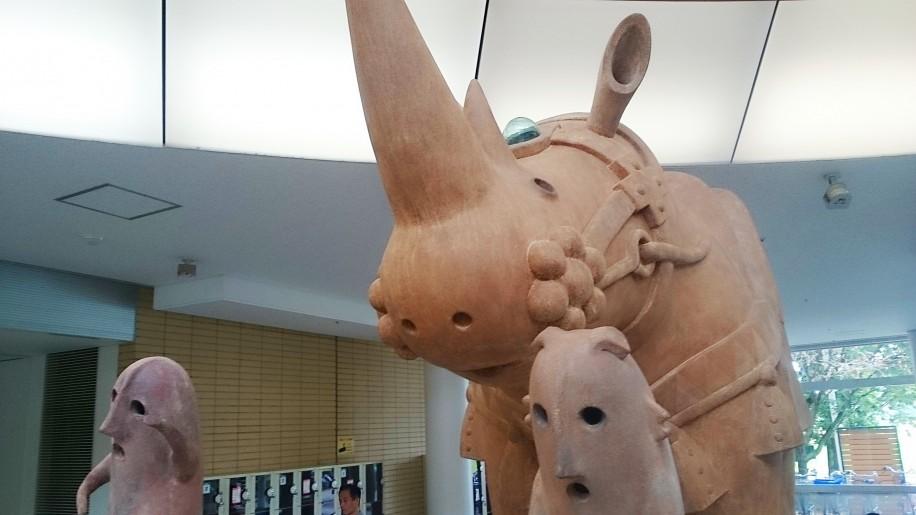 プラザウエストで「犀(さい)」と「はにわ」の立体作品の展示