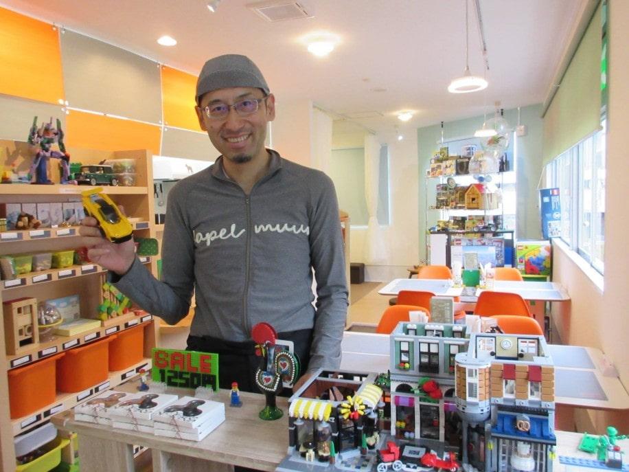 「おもちゃカフェ」を開いた店長の前原浩さん