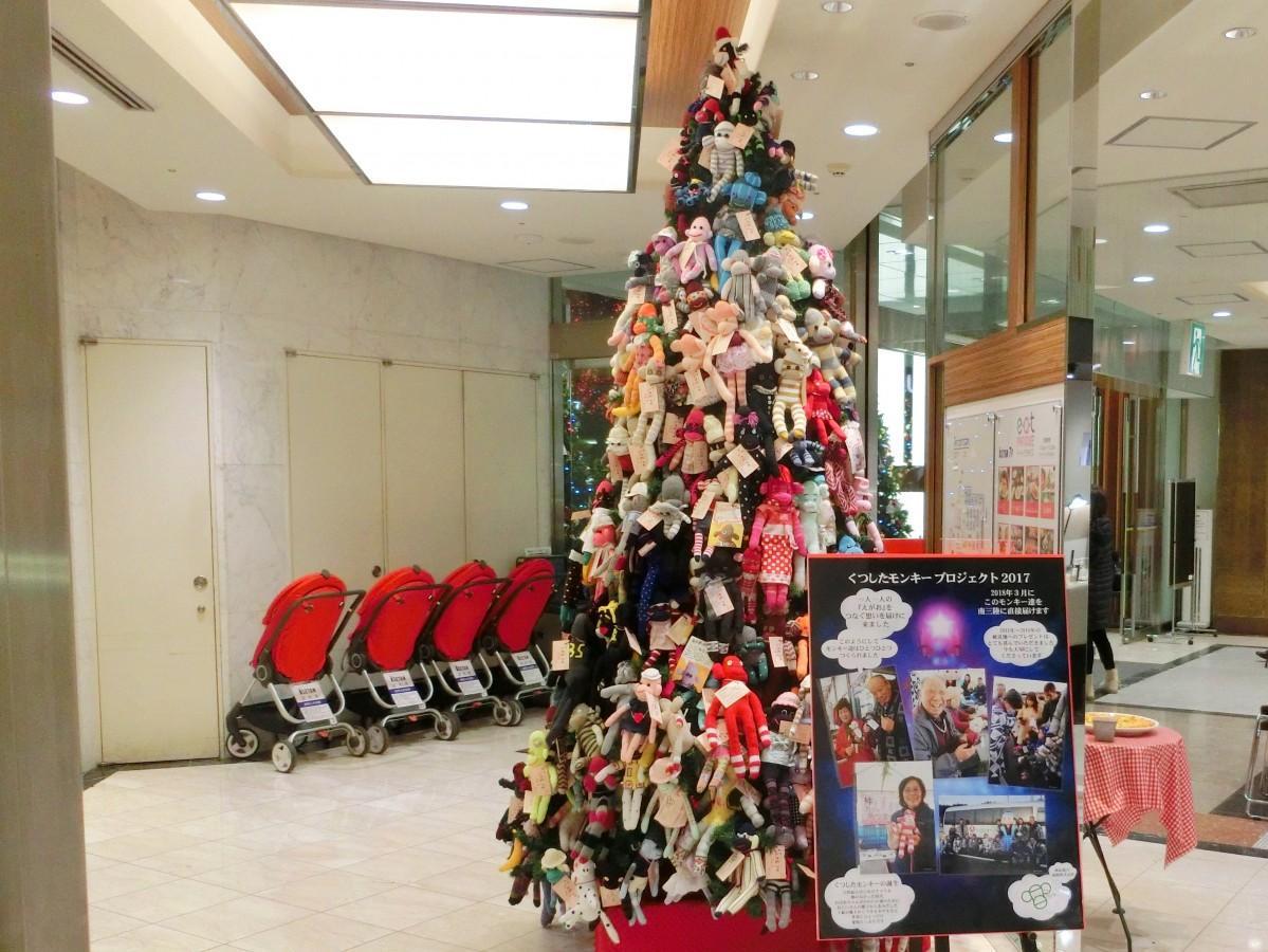 伊勢丹浦和店でくつしたモンキーのツリーを展示