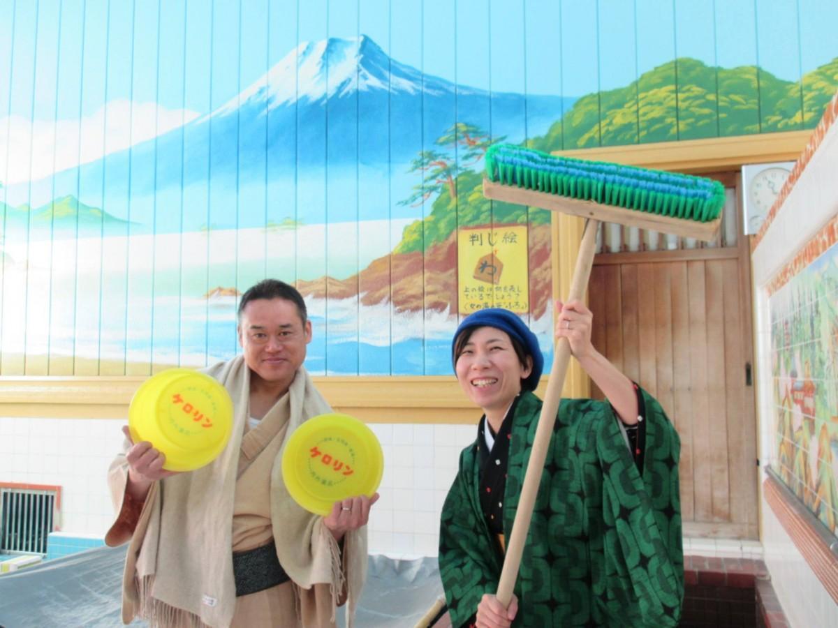 銭湯の店主・坂下三浩さん(左)とカフェを担当する佐藤真実さん(右)