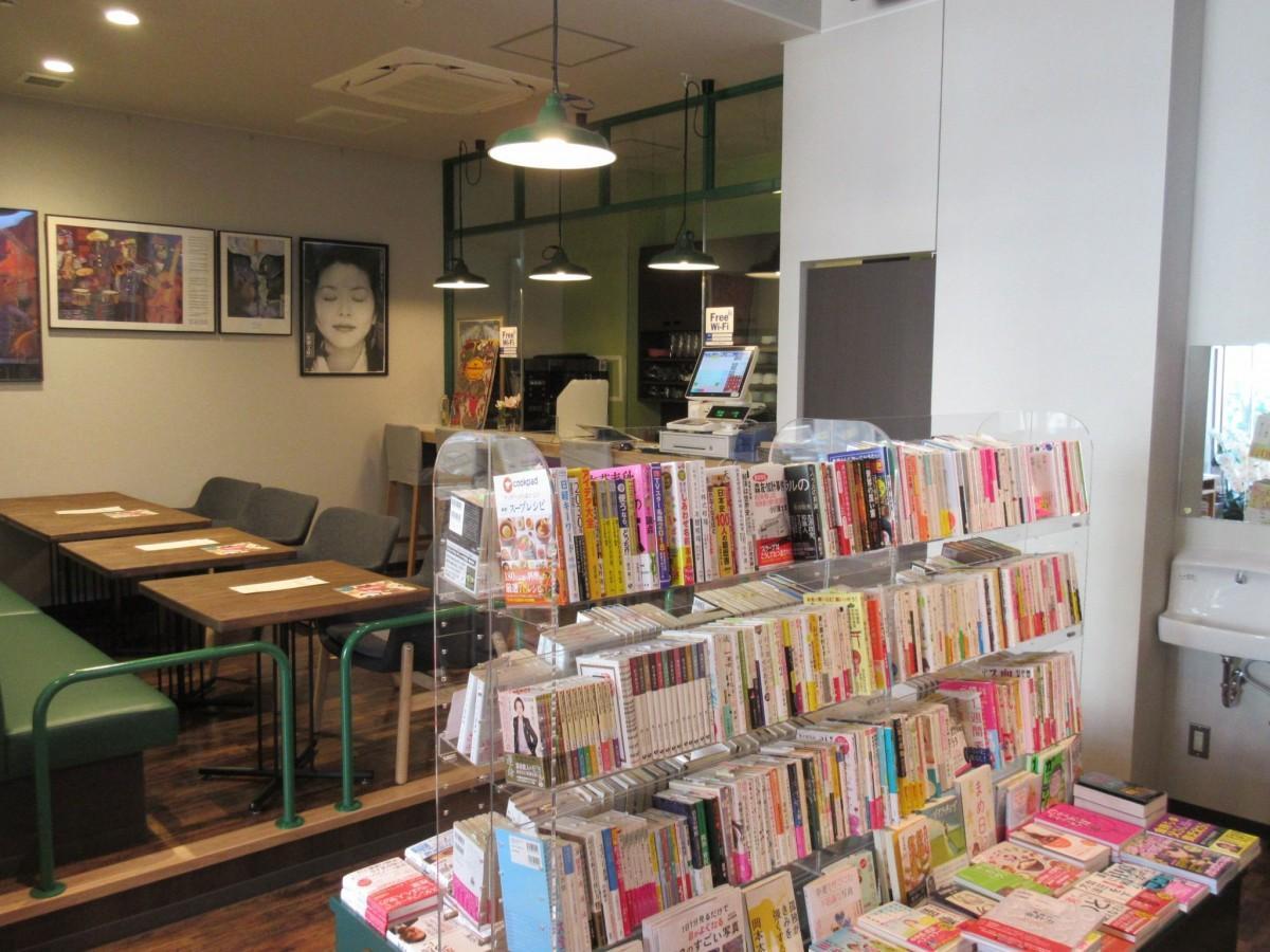 よりすぐりの書籍が並びコーヒーの香り漂う店内