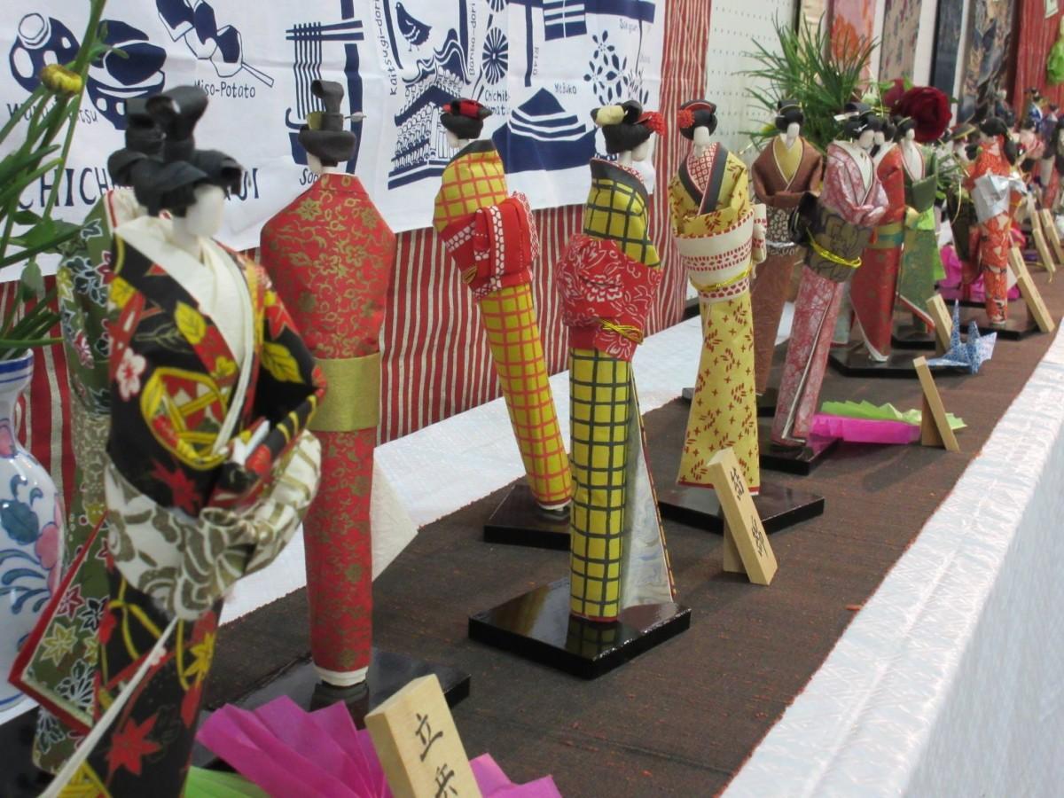200体以上の和紙人形が並ぶ南箇公民館のロビー