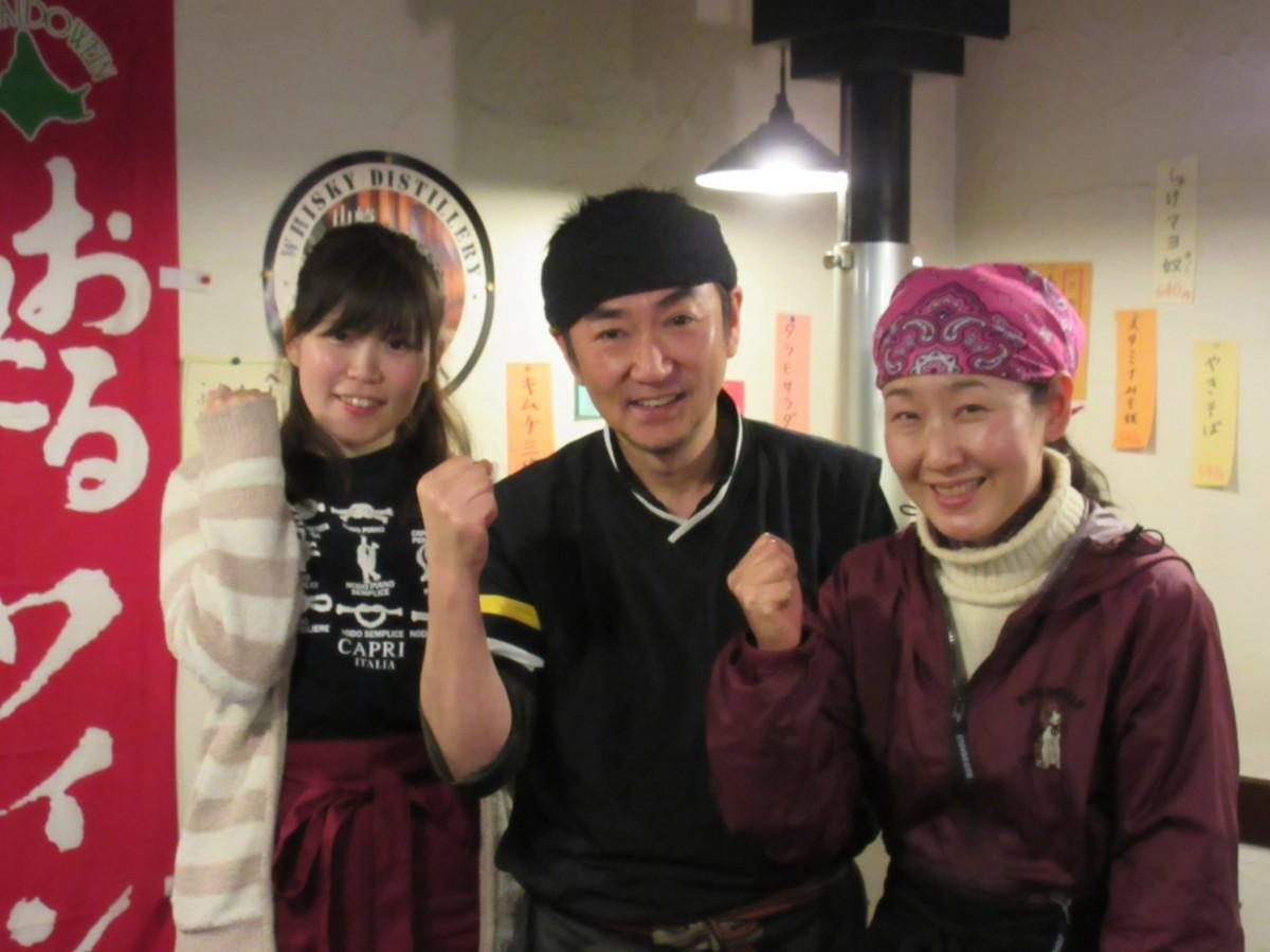 感謝祭に向けて鉢巻きで気合を入れる店主の西田さん(中央)とスタッフ
