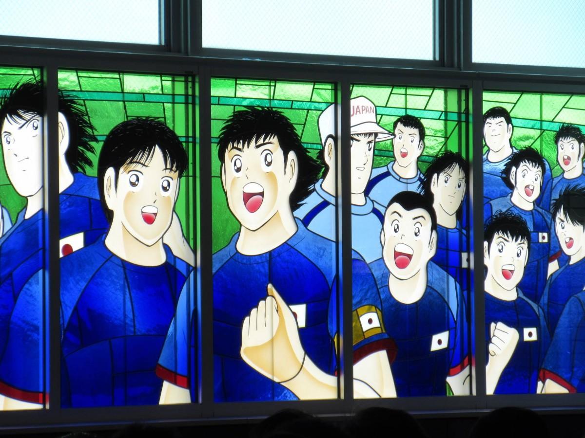 「大空翼」など漫画の登場人物99人が描かれたステンドグラス