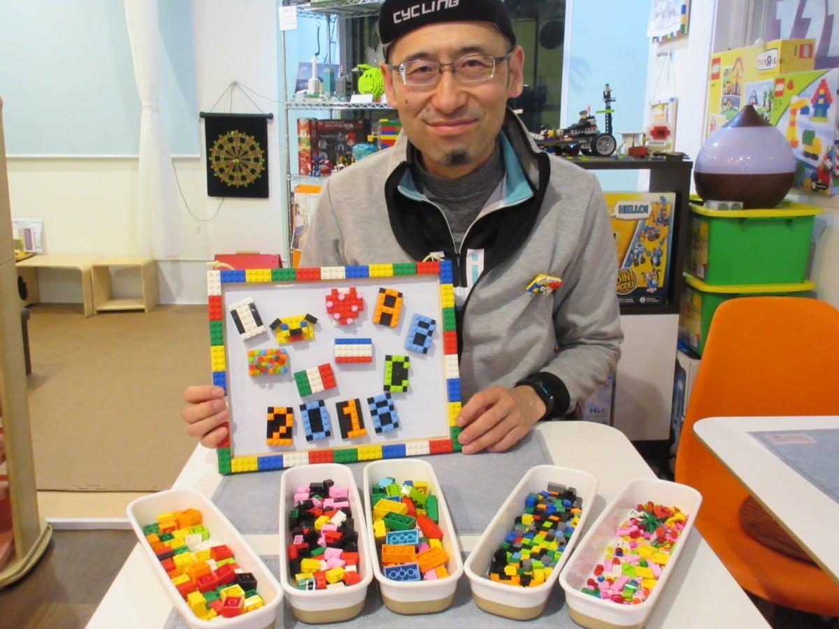 ワークショップの見本を手にする「ブロック博士」の前原浩さん
