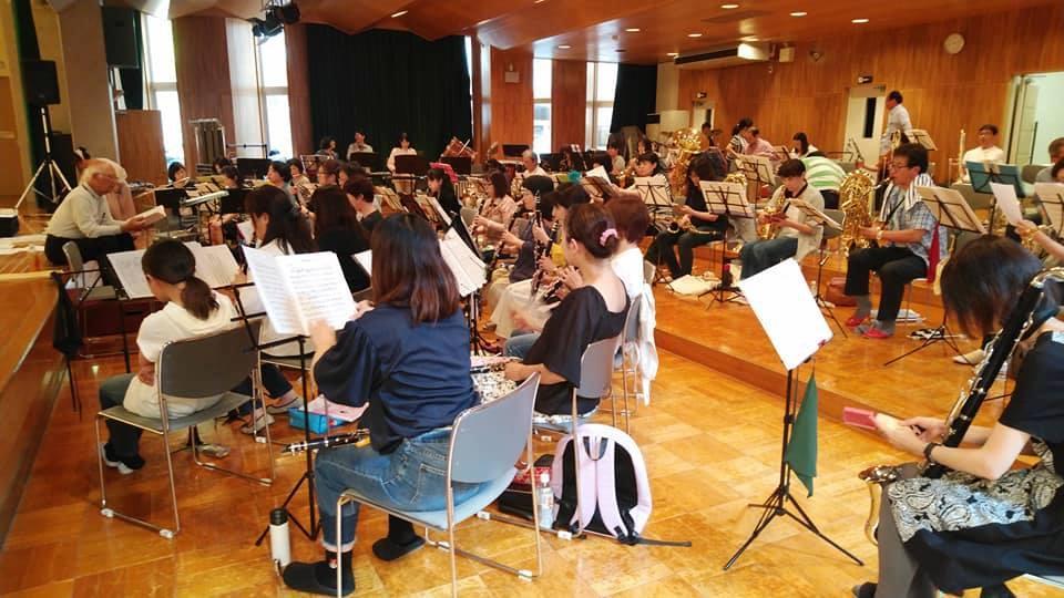 吹奏楽を練習する「若人の心」を演奏する会のメンバー