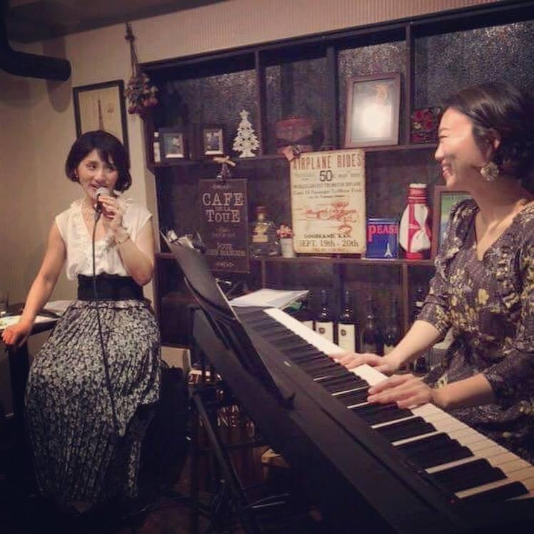 歌手の新城温古さんとピアニストの多羅紗恵子さん