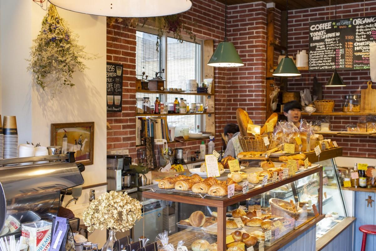 店内の様子。毎朝焼きたてのパンが並ぶ