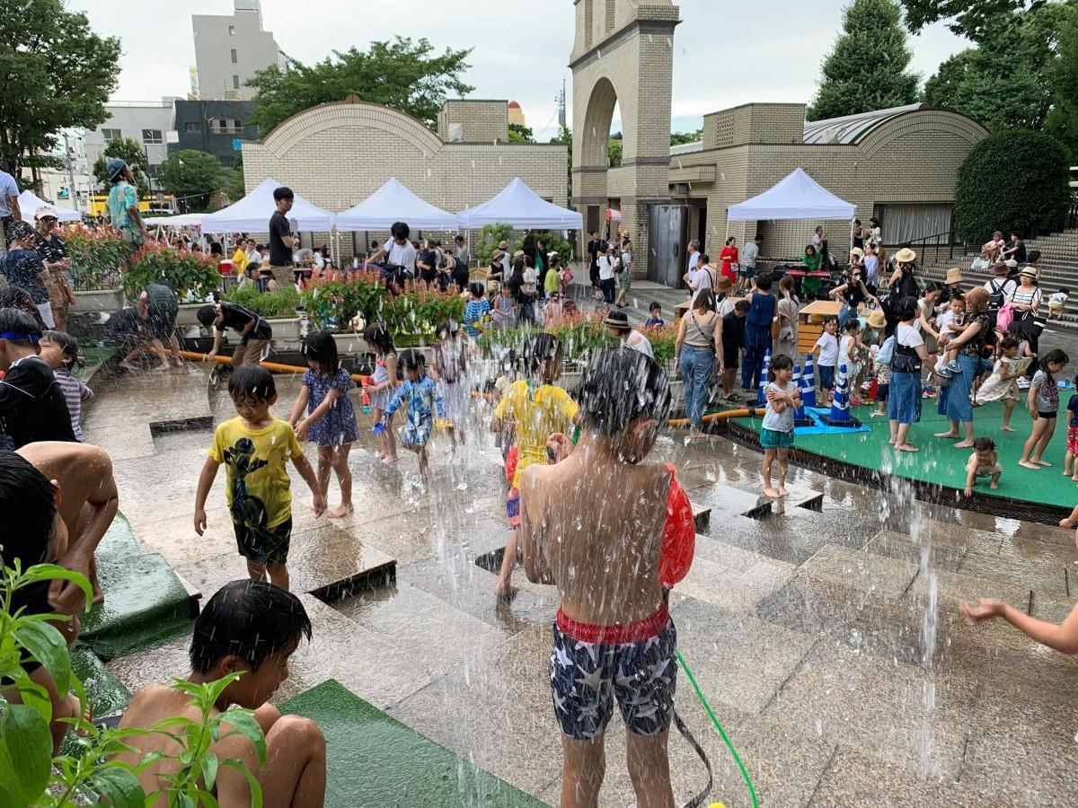 水の流れる段床で遊ぶ子どもたち(画像提供=一般社団法人うらわClip)