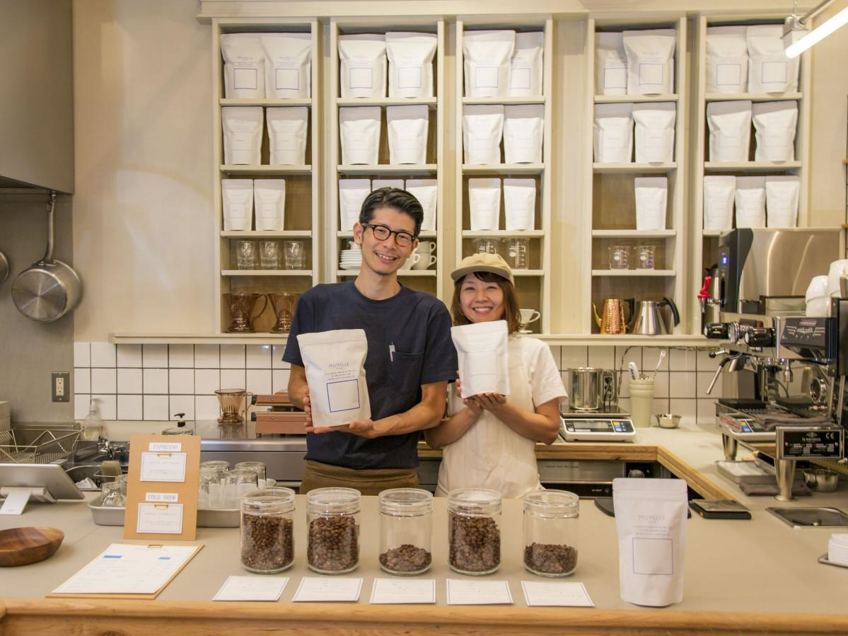 小沼雄太さん・麻穂さん夫妻。こだわりのコーヒー豆の販売も