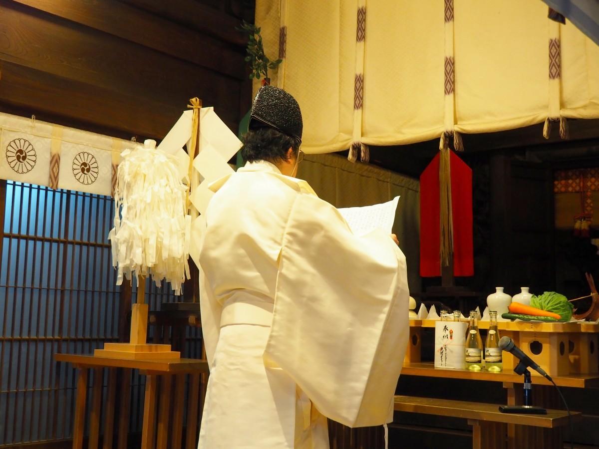 新嘗祭の様子 宮司の吉田正臣さんが祝詞を読み上げる