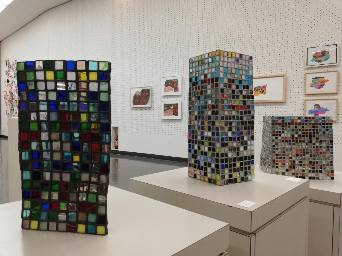 展示内容は絵画のほかステンドグラス、立体造形から分類不能なオブジェまでさまざま