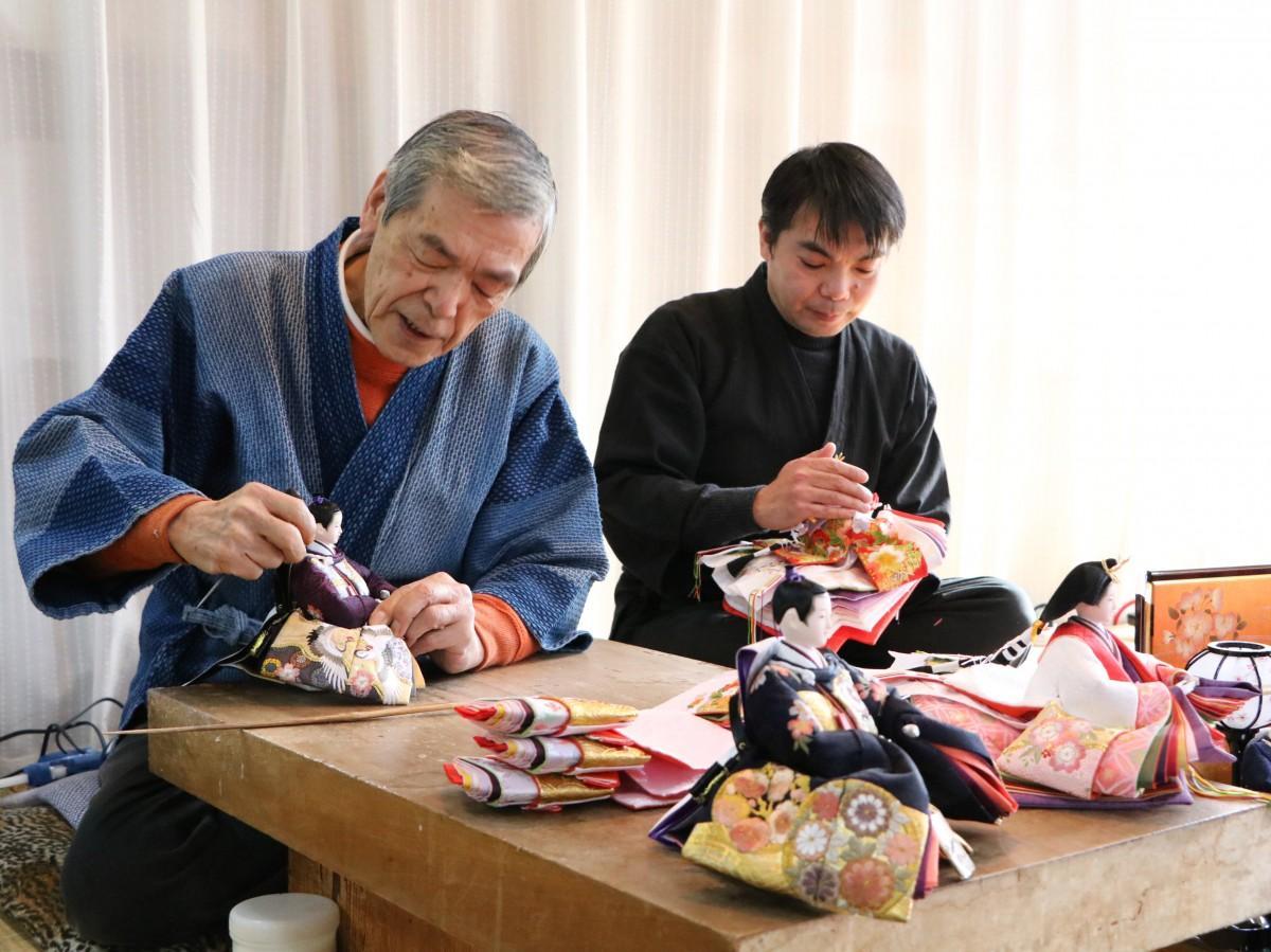 店内の工房で作業する飯塚孝祥さんと宗孝さん