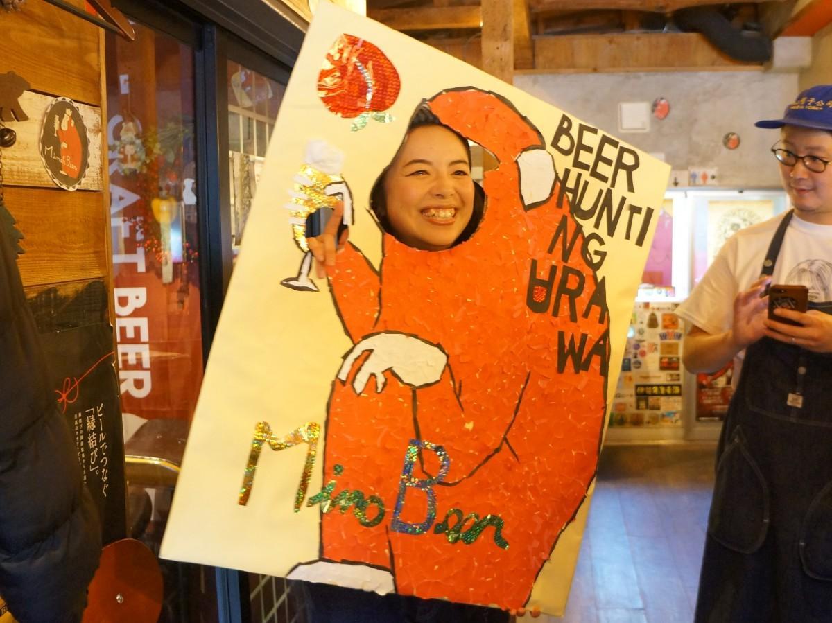 箕面ビールのキャラクターをモチーフに顔出しパネルを作った野本未来さん