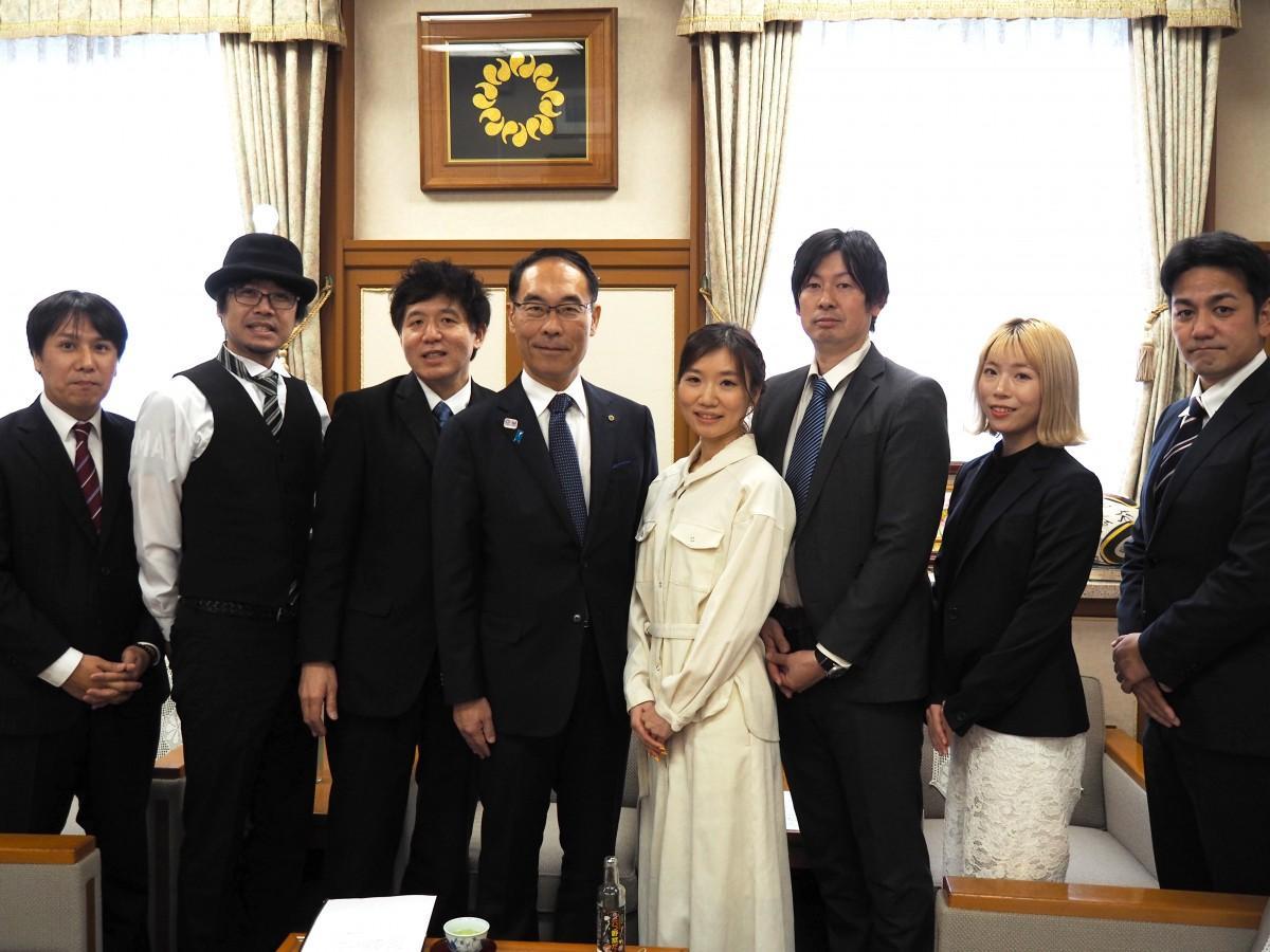大野県知事と映画「サクラ咲く」の監督・出演者ら