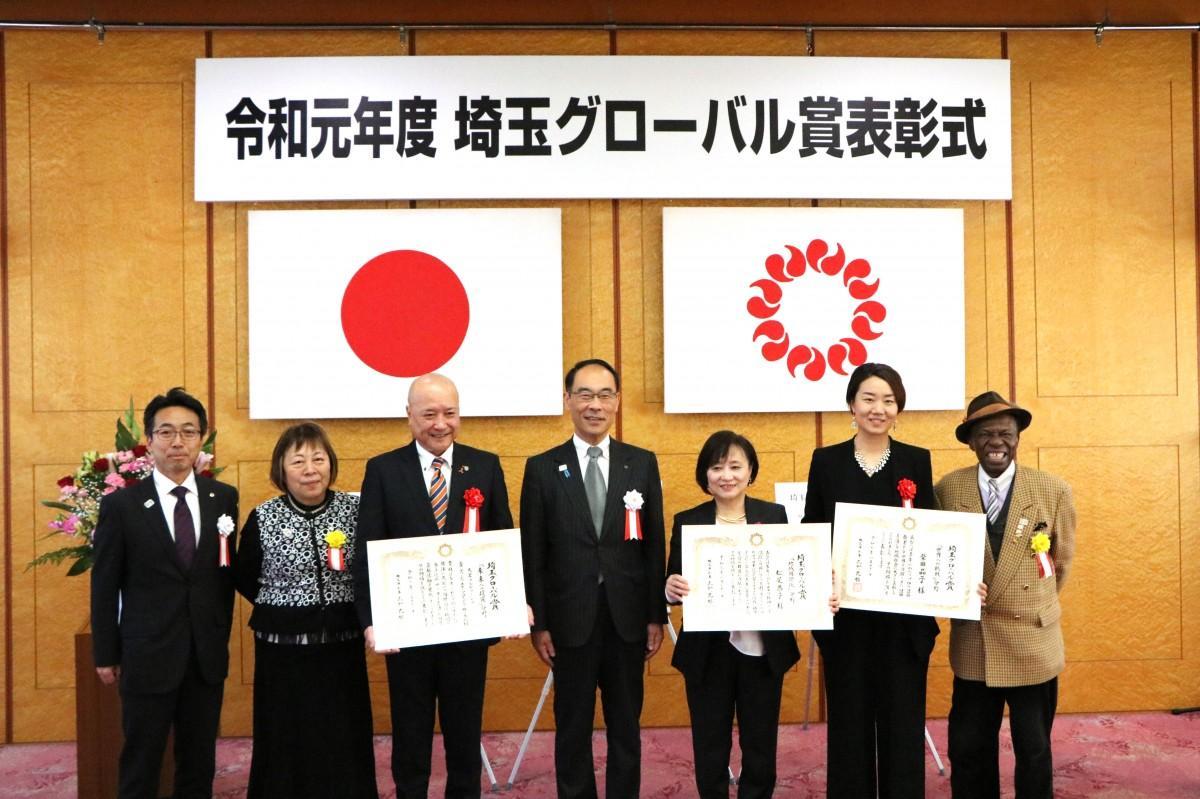 埼玉グローバル賞の受賞者の皆さんと大野埼玉県知事