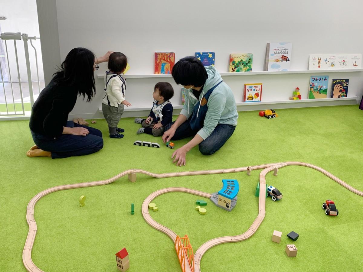 さいたま市浦和区の絵本店「絵本屋CUBE」でゆっくりと絵本を選ぶ親子