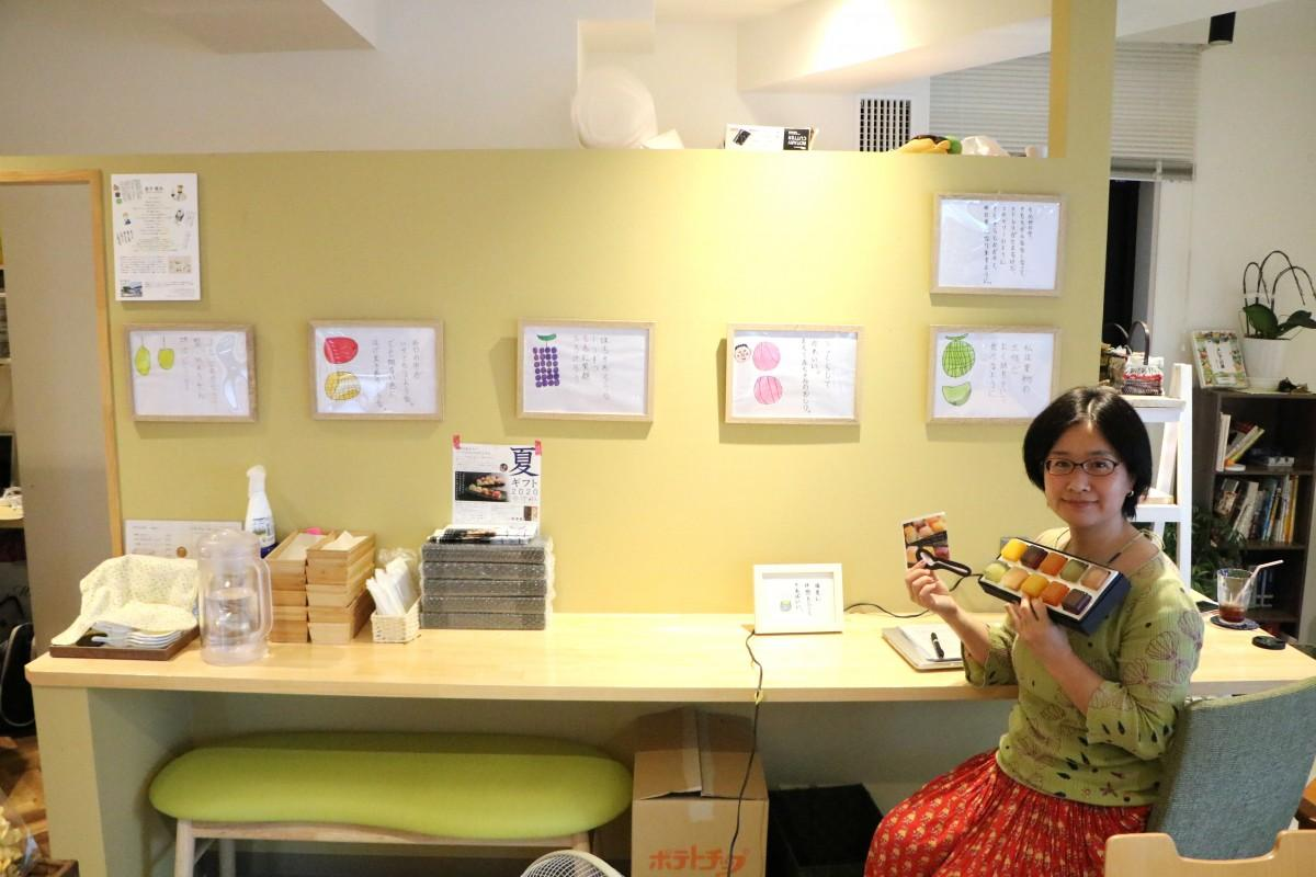 展示されている原画とクッキープロジェクト理事の谷居さん