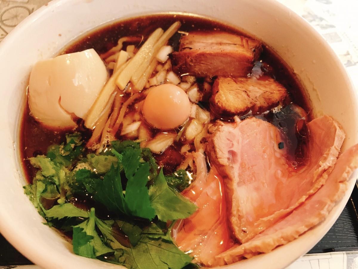 煮干しや数種類の節(ふし)を使った魚介スープのラーメン(全部入り)