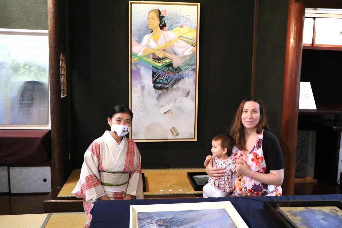 二木屋離れの浅倉家に展示された作品とマリヤーナさん、森田さん