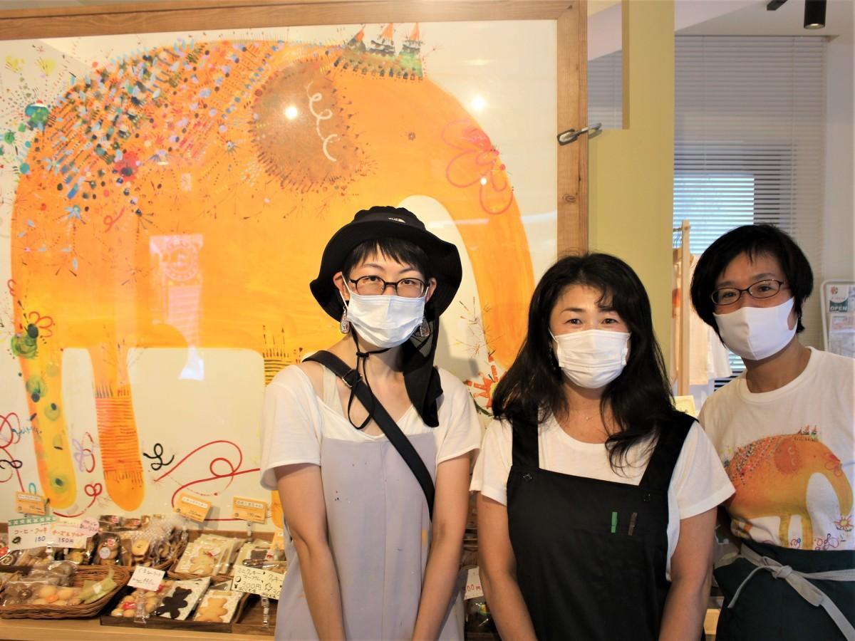 「旅するゾウさん」とHAMUさん(写真左)と室橋さん(写真中央)と谷居さん(写真右)