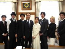 映画「サクラ咲く」監督・出演者らが埼玉県庁訪問 「地元愛」テーマ、知事に主題歌など披露