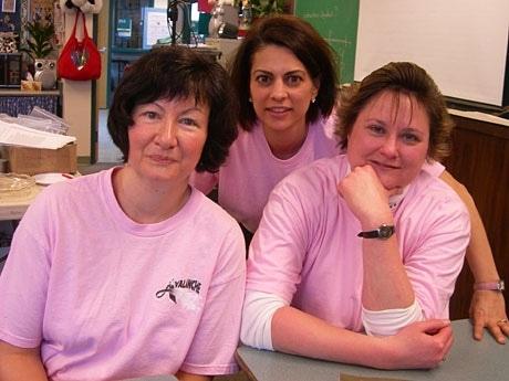 ピンクの服を着ていじめをなくすキャンペーンが、BC州の職場、学校などで行われた。キャンペーンを支援するサミットミドルスクールの先生たち。