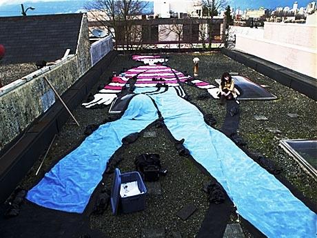 ビルの屋上に登場した巨大ウォーリー。「グーグルで発見して」。制作:Melanie Coleさん 撮影:Emiliano Sepulveda