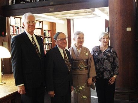 左からアリゾナ大学のトニー・チェンバース先生、ドナルド・キーン先生、鵜沢梢さん、アメリア・フィールデンさん。(撮影・間ルリ)