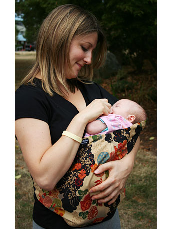 ホワイトロック市在住の主婦、Christina Fastさんが立ち上げたブランド「GorgeousBaby Slings」の抱っこひも。