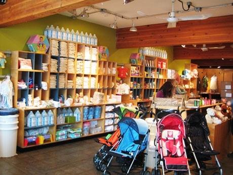ベビーカーが楽に通れるように通路を幅広くしたHip babyの店内。