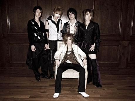 ビジュアル系バンド「the ProvidencE」のメンバー。(中央)ボーカルのジンさん、左からkAi、りゅうじ、風、俊さん。